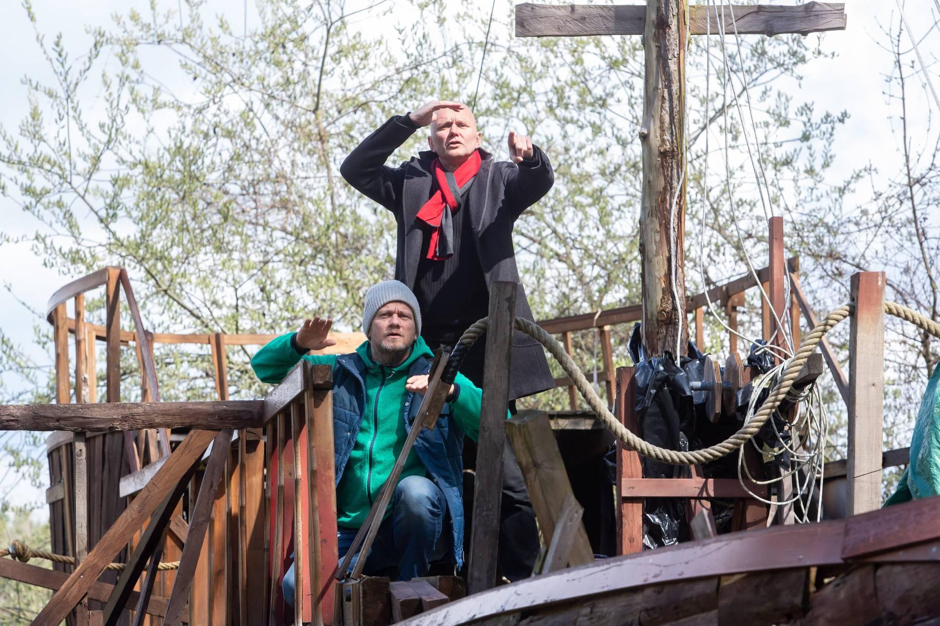 Auf hoher See: Die Regisseure Bernhard Altfeld (stehend) und Olaf Sabelus auf dem Schiff des Wandertheaters. Foto: Matthias Kehrein
