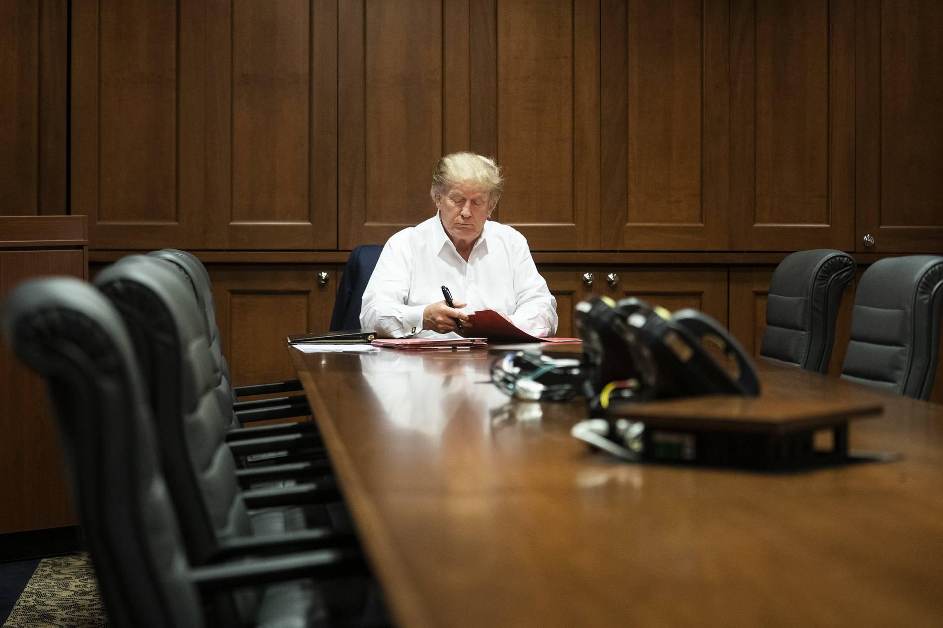 Us Prasident In Militarklinik Weisses Haus Veroffentlicht Neue Fotos Von Trump