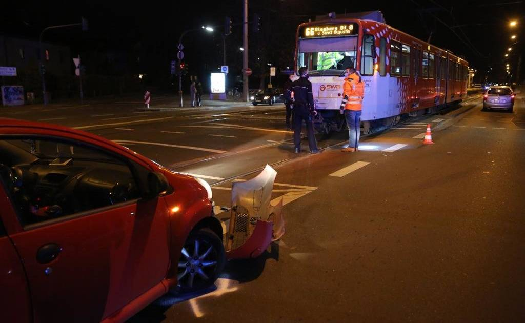 SWB: Car driver collides with tram in Beuel...